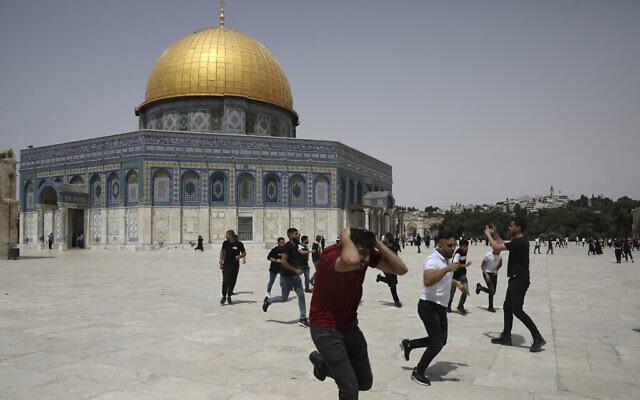 مواجهات مجددا بين الشرطة الإسرائيلية والفلسطينيين في باحة الحرم في القدس الشرقية، 21 مايو 2021 (AP Photo/Mahmoud Illean)