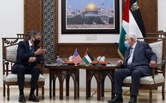 رئيس السلطة الفلسطينية محمود عباس، من اليمين ، يلتقي بوزير الخارجية الأمريكي أنتوني بلينكن، في مدينة رام الله بالضفة الغربية، 25 مايو، 2021. (Majdi Mohammed / AP)