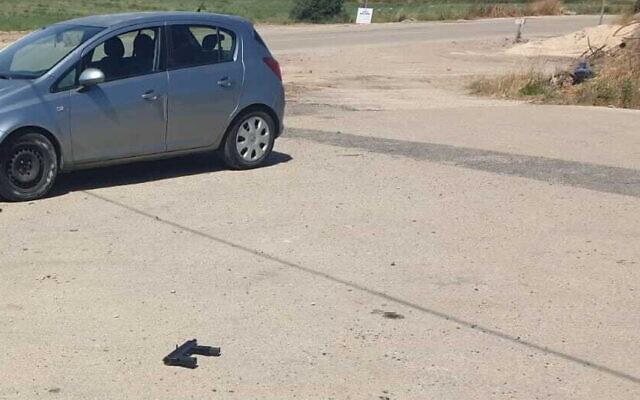"""مسدس محلي الصنع من طراز """"كارلو"""" على الأرض، بعد محاولة إطلاق نار في شمال الضفة الغربية، 7 أبريل 2021 (courtesy)"""