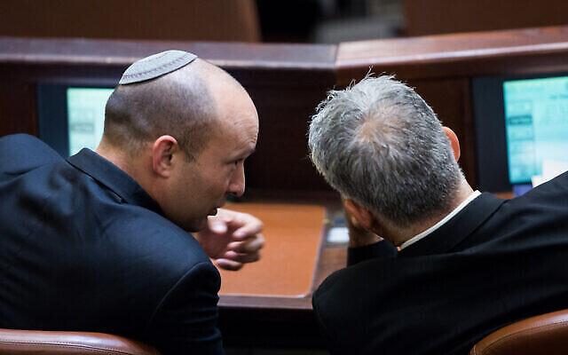 وزير التربية والتعليم آنذاك نفتالي بينيت (يسار) مع زعيم حزب يش عتيد، يائير لبيد، في الكنيست، 2 سبتمبر، 2015. (Yonatan Sindel / Flash90)