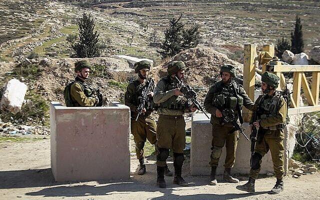 توضيحية: جنود إسرائيليون عند حاجز في الضفة الغربية. (Wisam Hashlamoun/Flash90)