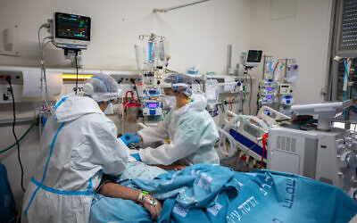 توضيحية: عاملوا صحة في مستشفى هداسا عين كارم يعملون في جناح كورونا بالمستشفى، في القدس، 1 فبراير 2021. (Olivier Fitoussi / Flash90)
