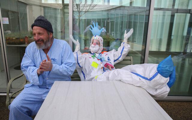 أعضاء فريق مستشفى زيف يرتدون ملابس واقية أثناء عملهم في جناح فيروس كورونا في مدينة صفد شمال إسرائيل، 4 فبراير 2021 (David Cohen / Flash90)