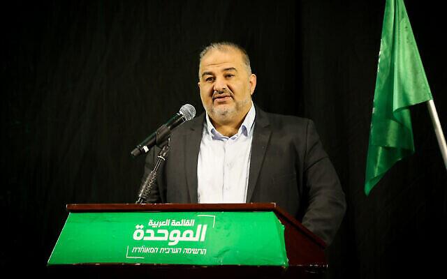 رئيس القائمة العربية الموحدة، منصور عباس، يتحدث خلال مؤتمر صحفي في الناصرة ، 1 أبريل، 2021. (David Cohen / Flash90)