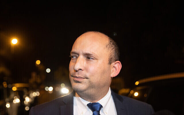 """نفتالي بينيت، رئيس حزب """"يمينا""""، يصل للقاء مع رئيس الوزراء بنيامين نتنياهو في مقر إقامته الرسمي بالقدس، 8 أبريل، 2021. (Yonatan Sindel/Flash90)"""