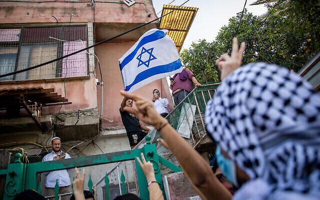 فلسطينيون ونشطاء يساريون يتظاهرون ضد طرد عائلات فلسطينية من منازلهم في حي الشيخ جراح بالقدس الشرقية، 16 أبريل، 2021. (Yonatan Sindel / Flash90)