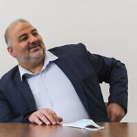 """منصور عباس، رئيس حزب """"القائمة العربية الموحدة"""" ، يترأس اجتماعا للحزب في الكنيست، 19 أبريل، 2021. (Olivier Fitoussi / Flash90)"""