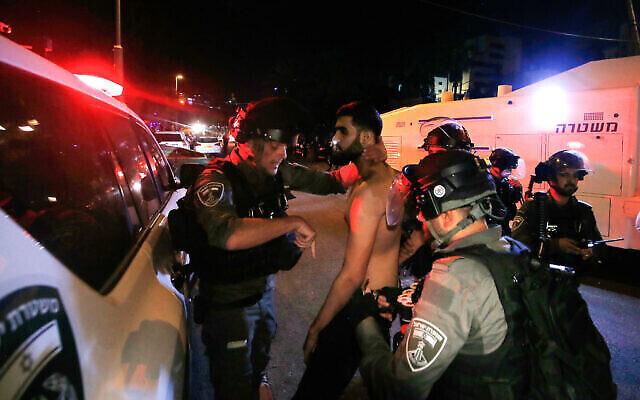 القوات الإسرائيلية تعتقل فلسطينيا خلال مظاهرة في حي الشيخ جراح بالقدس الشرقية، 4 مايو، 2021. (Jamal Awad / FLASH90)