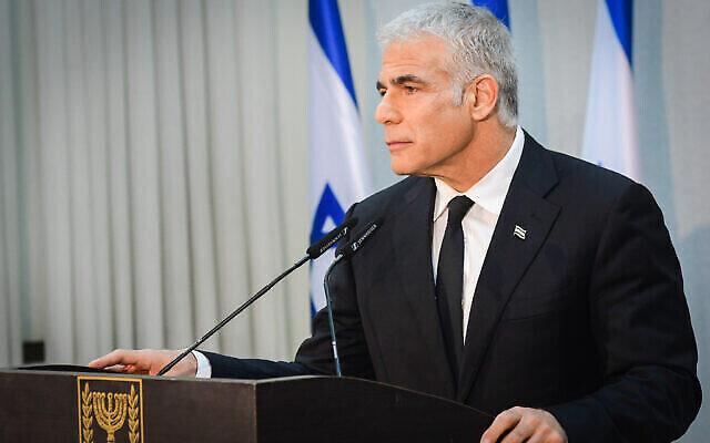 """رئيس حزب """"يش عتيد"""" يائير لابيد يعقد مؤتمرا صحفيا في تل أبيب، 6 مايو، 2021. (Avshalom Sassoni / FLASH90)"""