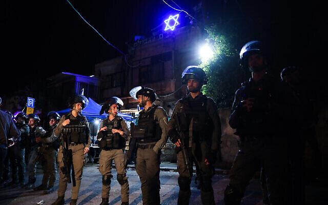 قوات الأمن الإسرائيلية خارج منزل عائلة يهودية في حي الشيخ جراح بالقدس الشرقية، 6 مايو 2021 (Olivier Fitoussi / Flash90)