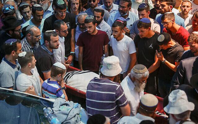 أصدقاء وأقارب يشاركون في جنازة يهودا غويتا في القدس، الذي قُتل في هجوم وقع في مفرق تفوح بالضفة الغربية، 6 مايو، 2021. (Yonatan Sindel / FLASH90)