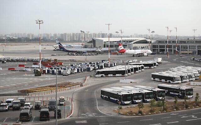 """توضيحية: صورة لطائرة تابعة لشركة """"يونايتد ايرلاينز"""" في مطار بن غوريون الدولي، 3 أغسطس، 2013. (Moshe Shai / FLASH90)"""