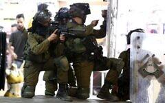 توضيحية: جنود إسرائيليون خلال مواجهات في مدينة الخليل بالضفة الغربية، 10 مايو، 2021. (Wisam Hashlamoun / Flash90)