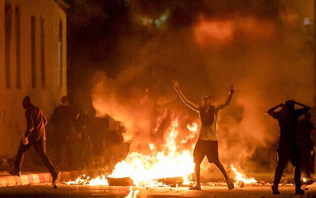اشتباكات بين الشرطة ومتظاهرون عرب من مواطني إسرائيل خلال احتجاجات على الاضطرابات في القدس، في الرملة بوسط إسرائيل، 10 مايو، 2021. (Yossi Aloni/Flash90)
