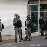 شرطة الحدود في يافا، بالقرب من تل أبيب، وسط أعمال شغب عنيفة بين اليهود والعرب في جميع أنحاء إسرائيل، 11 مايو، 2021. (Avshalom Sassoni / FLASH90)