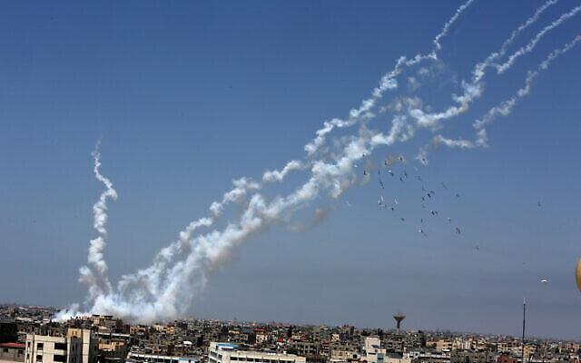إطلاق صواريخ باتجاه إسرائيل من جنوب قطاع غزة، 12 مايو، 2021. (Abed Rahim Khatib / Flash90)