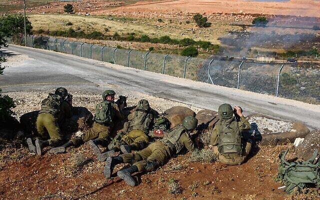 جنود إسرائيليون يحرسون في المطلة ، على الحدود بين إسرائيل ولبنان، شمال إسرائيل، في 14 مايو 2021، بعد أن اجتاز متظاهرون لبنانيون السياج الحدودي الإسرائيلي.(Basel Awidat/Flash90)