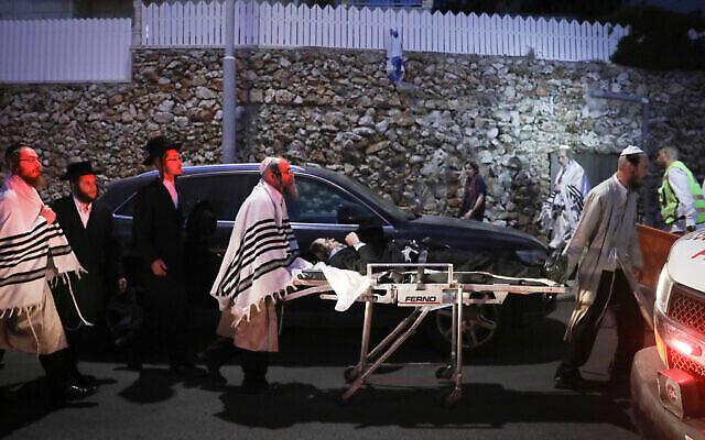 أصيب حوالي 60 يهوديا حريديا بجروح عندما انهار مدرج كنيس في مستوطنة غفعات زئيف شمال القدس عشية عيد شفوعوت اليهودي، 16 مايو، 2021. (Noam Revkin Fenton / FLASH90)