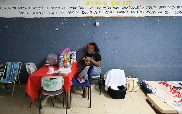 شاحر بين  (22 عاما)، مع طفلتها المولودة حديثا البالغة من العمر 7 أيام (في المهد) تجلس داخل ملجأ عام، خلال قصف صاروخي أُطلق من قطاع غزة على مدينة أشكلون الجنوبية، 18 مايو،  2021.(Gili Yaari /Flash90)