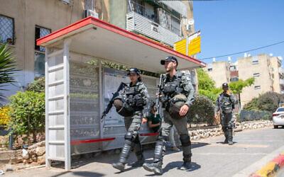 دورية لشرطة حرس الحدود في شوارع مدينة اللد بوسط البلاد بعد أعمال الشغب التي شهدتها في الأسبوع الماضي، 19 مايو، 2021. (Yossi Aloni / Flash90)