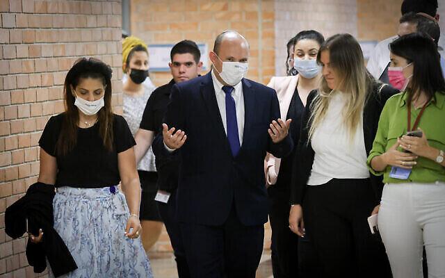 زعيم حزب يمينا، نفتالي بينيت، يسير في أروقة الكنيست في القدس، 24 مايو، 2021. (Olivier Fitoussi / Flash90)