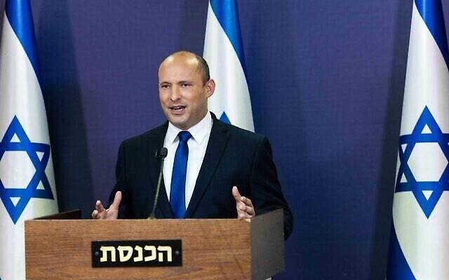 رئيس حزب يمينا نفتالي بينيت يعقد مؤتمرا صحفيا في الكنيست، 30 مايو، 2021. (Yonatan Sindel / Flash90)