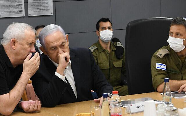 وزير الدفاع بيني غانتس ورئيس الوزراء بنيامين نتنياهو خلال جلسة تشاور في خضم إطلاق صواريخ من غزة على إسرائيل وضربات الجيش الإسرائيلي المضادة، 11 مايو، 2021. (Amos Ben Gersom / GPO)
