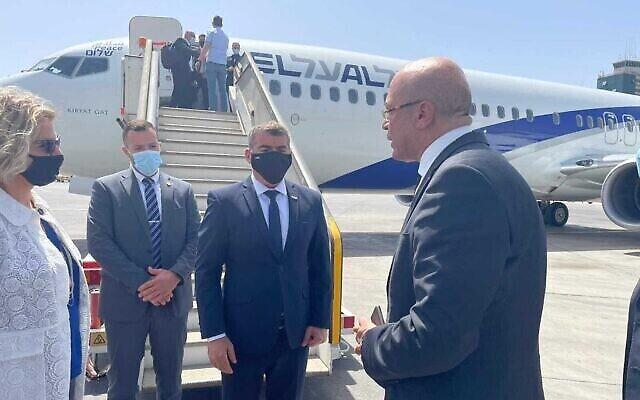 وزير الخارجية غابي أشكنازي (الثاني من اليمين) يصل مصر، 30 مايو، 2021. (Foreign Ministry)