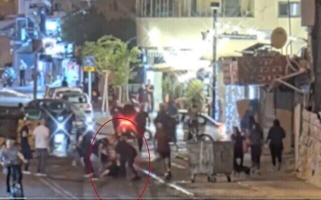 لقطة شاشة من مقطع فيديو لرجل يهودي يتعرض لاعتداء من قبل حشد من الشبان العرب في يافا، 10 مايو، 2021. (Twitter)