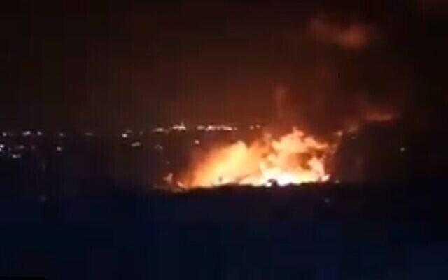 حريق شب في مدينة اللاذقية السورية، يُزعم أنه ناجم عن غارة جوية إسرائيلية، 5 مايو، 2021. (Screencapture / Twitter)