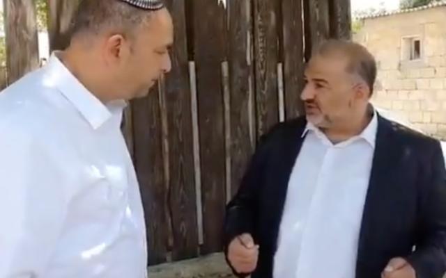 منصور عباس، رئيس حزب القائمة العربية الموحدة، يلتقي برئيس بلدية اللد، يائير رفيفو، 17 مايو، 2021. (screenshot: Kan)