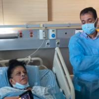 رندة عويس (58 عاما)، امرأة عربية حصلت لتوها على كلية من يغال يهوشواع ، رجل يهودي قُتل على يد مثيري شغب عرب في اللد، مايو 2021. الدكتور عبد خلايلة، رئيس قسم زراعة الأعضاء في مركز هداسا الطبي، يقف بجانب سريرها.  (courtesy of Hadassah Medical Center)