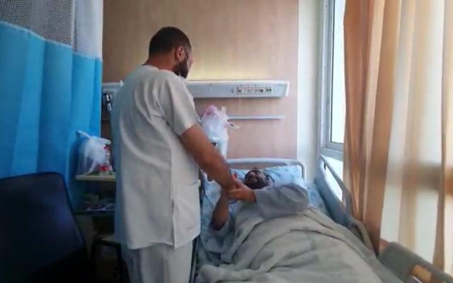 الممرض فادي قاسم (على يسار الصورة) يلتقي بمور جناشفيلي، الذي أنقذه قاسم من جريمة تنكيل.  (courtesy of Galilee Medical Center)