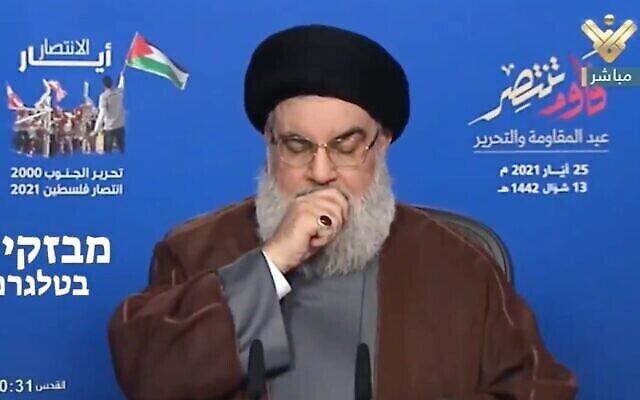 زعيم حزب الله حسن نصر الله يسعل خلال خطاب في 25 مايو، 2021. (Twitter screenshot)