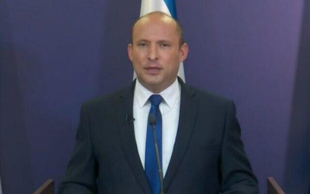 """نفتالي بينيت، رئيس حزب """"يمينا""""، يعلن أنه يعمل على بناء إئتلاف حكومي مع يائير لابيد، رئيس حزب """"يش عتيد""""، 30 مايو، 2021. (Screenshot)"""