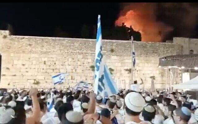 لقطة شاشة من فيديو لحريق في الحرم القدسي، 11 مايو 2021 (Twitter)