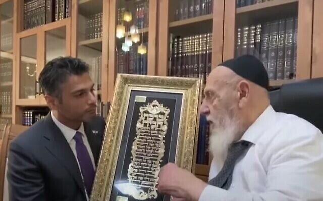 السفير الإماراتي محمد محمود آل خاجة، على يسار الصورة، يلتقي بالزعيم الروحي لحزب شاس الحاخام شالوم كوهين في القدس، 30 مايو، 2021. (Screenshot: YouTube)