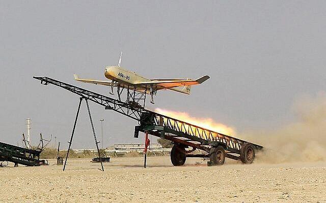 """توضيحية: إطلاق طائرة مسيرة إيرانية الصنع خلال مناورة عسكرية في ميناء جاسك، جنوب إيران ، في هذه الصورة التي نشرها موقع """"جام جم أونلاين"""" في 25 ديسمبر، 2014. (AP Photo / Jamejam Online، Chavosh Homavandi، File)"""