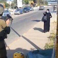 امرأة فلسطينية (على يمين الصورة) تقترب من جنود إسرائيليين عند مفرق غوش عتصيون في الضفة الغربية، في محاولة مزعومة لتنفيذ عملية طعن، 2 مايو، 2021. (screenshot: Twitter)