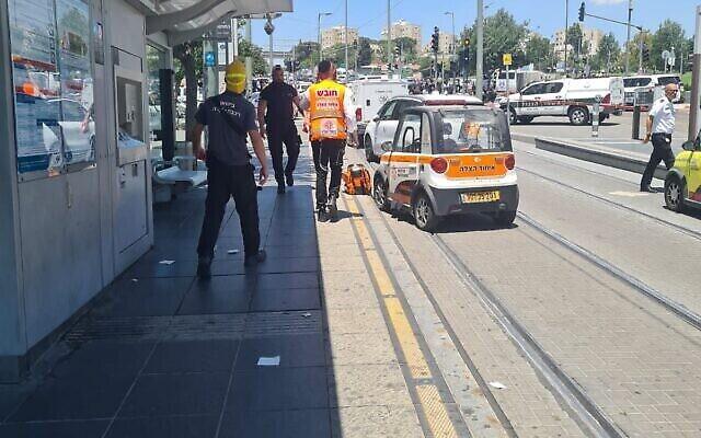 مسعفون يصلون إلى موقع هجوم طعن مزعوم في محطة سكة حديد خفيفة في القدس الشرقية، 24 مايو،  2021. (United Hatzalah)