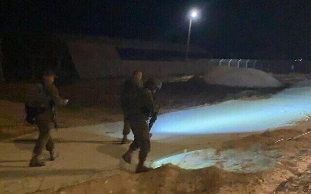 قوات الأمن الإسرائيلية تمشط المنطقة التي يشتبه في دخول فلسطيني إليها من قطاع غزة في جنوب إسرائيل ، 30 مايو، 2021. (Hamal Darom)