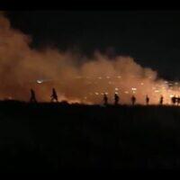 فلسطينيون يعملون لاخماد حريق يزعم أن مستوطنين إسرائيليين أشعلوه بالقرب من قرية جالود الفلسطينية في شمال الضفة الغربية، 3 مايو 2021 (Screen capture: B'Tselem)