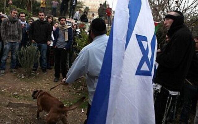 مواجهة بين مستوطنين يهود وسكان عرب في حي الشيخ جراح في القدس الشرقية في عام 2011. (Sliman Khader / Flash90)