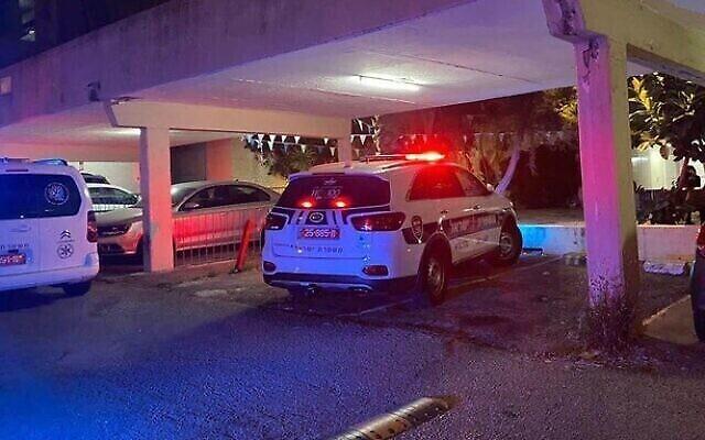 سيارة شرطة في موقع جريمة قتل امرأة في ما يُشتبه بأنها حادثة عنف منزلي في حيفا، 1 مايو، 2021. (Israel Police)