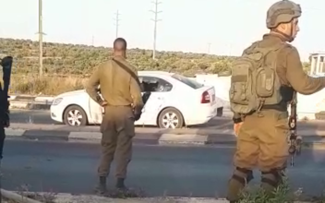 جنود إسرائيليون يقفون بجانب السيارة الفلسطينية التي يشتبه في محاولة ركابها تنفيذ عملية إطلاق نار عند مفرق تابوح في الضفة الغربية، 11 مايو 2021 (Screenshot)