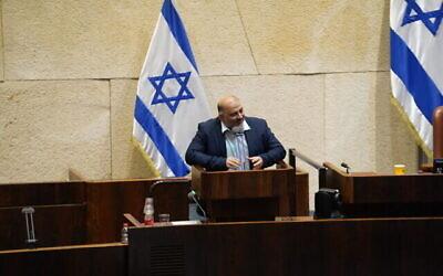 رئيس حزب القائمة العربية الموحدة منصور عباس يتحدث أمام الكنيست بكامل هيئتها، 13 يونيو، 2021. (Noam Moskowitz/Knesset)
