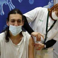 توضيحية: عاملة صحة إسرائيلية تقدم جرعة من لقاح فايزر-بيونتيك ضد كوفيد 19 في صندوق المرضى كلاليت، في صالة للألعاب الرياضية في مدينة هود هشارون بوسط إسرائيل، 4 فبراير ، 2021. (JACK GUEZ / AFP)