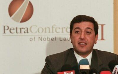 باسم عوض الله ، نائب رئيس صندوق الملك عبد الله الثاني للتنمية (KAFD)، يتحدث إلى وسائل الإعلام في مدينة البتراء القديمة، 20 يونيو، 2006. (Joseph BARRAK / AFP)