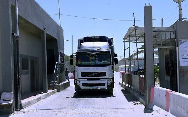 شاحنة تمر إلى غزة عبر معبر كرم أبو سالم، نقطة العبور الرئيسية للبضائع التي تدخل القطاع من إسرائيل، 18 مايو، 2021. (Said Khatib / AFP)