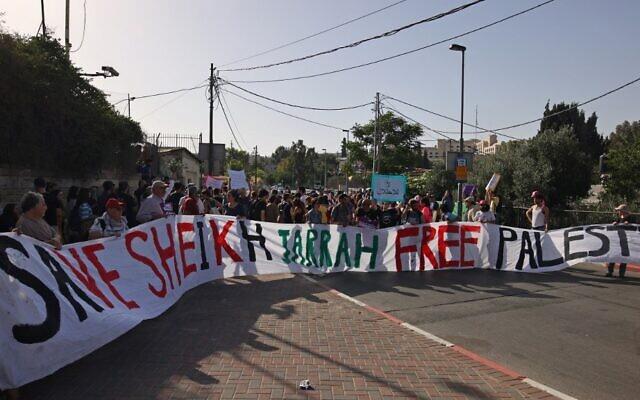 نشطاء يساريون إسرائيليون يتظاهرون ضد طرد الفلسطينيين من منازلهم لصالح مستوطنين يهود في حي الشيخ جراح بالقدس الشرقية، 28 مايو، 2021. (AHMAD GHARABLI / AFP)